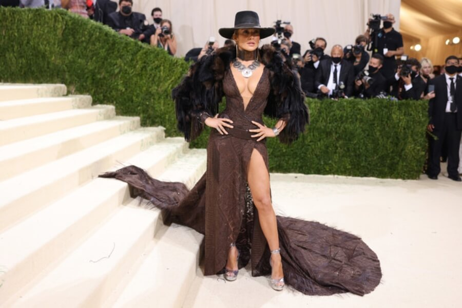 JLo se viste al estilo occidental en la Gala del Met 2021