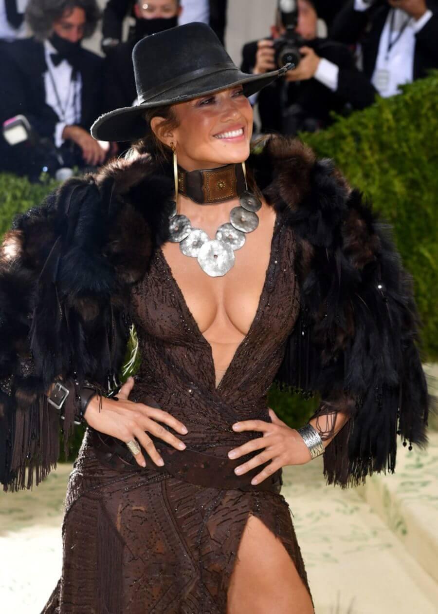JLo se viste al estilo occidental en la Gala del Met 2021.