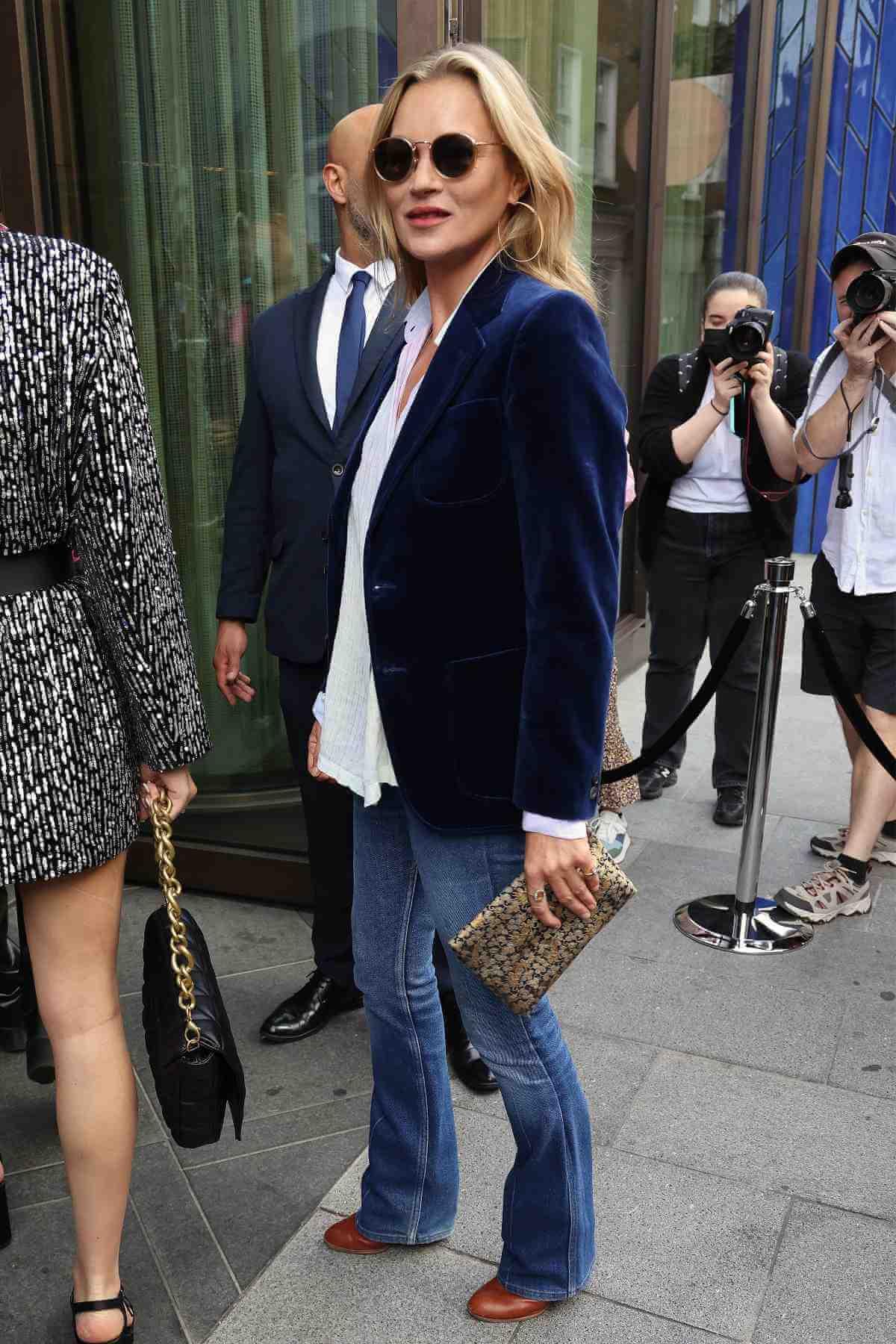 Kate Moss anuncia el regreso de los buenos jeans bootcut.
