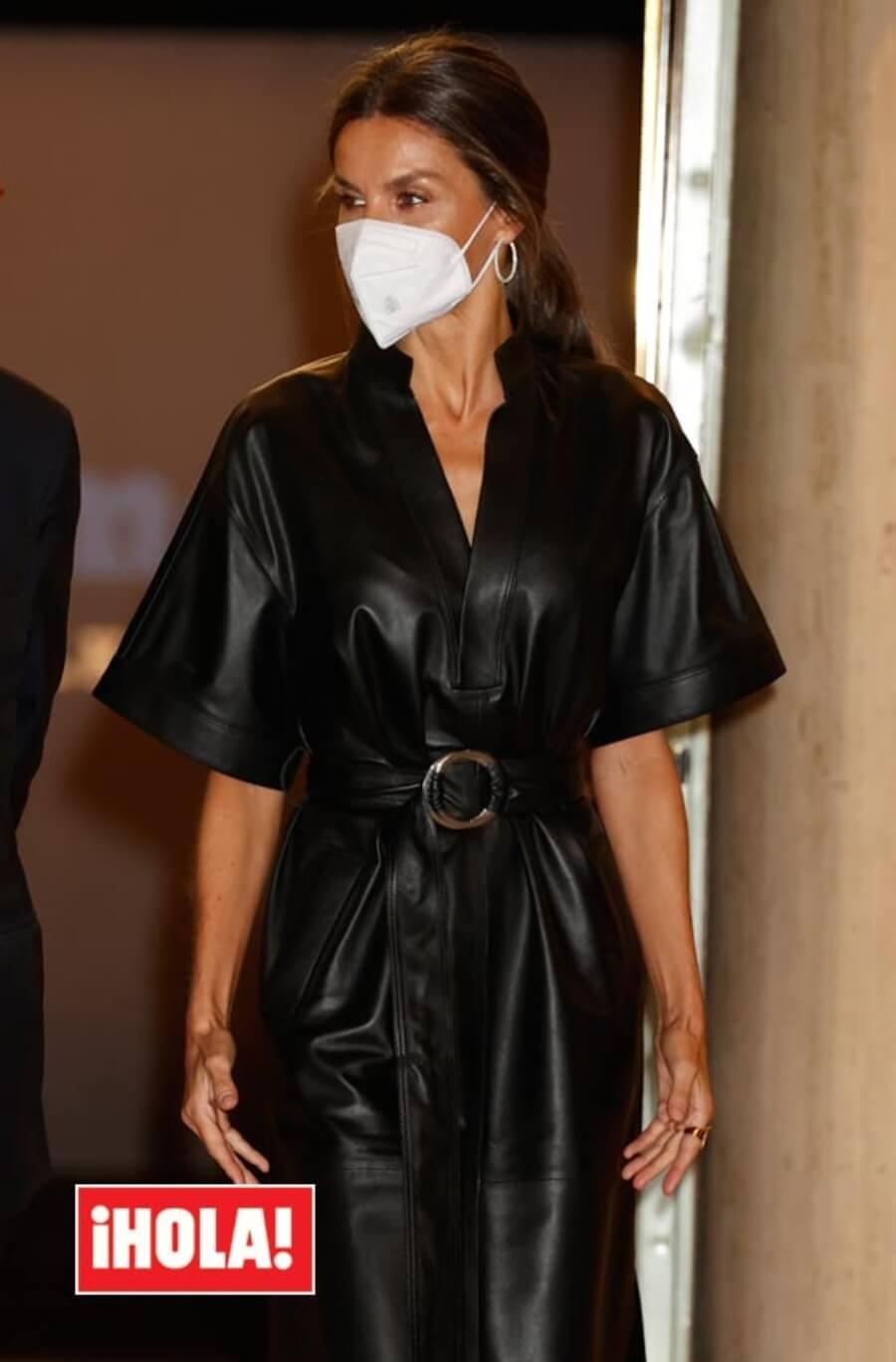 Letizia vuelve hacer tendencia con un nuevo su look, visitiendo el kimono de cuero.